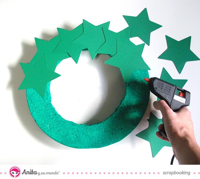 corona de Navidad hecha con papel paso 4
